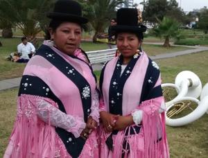 Bolivianas Rosalía Choque y Mariela Chávez tocan los platillos en banda Señoría 100x100 Mejillones de La Paz