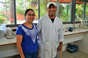 El flamante ingeniero agrícola Elvis Hurtado junto a su hermana Iris