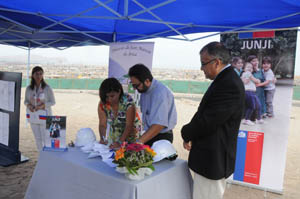La directora regional de JUNJI, Sandra Flores  y el obispo de la Diócesis de Arica, Moisés Atisha, suscriben el convenio