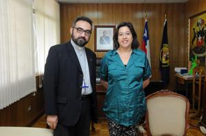 Obispo de Arica Moisés Atisha junto a intendenta subrogante Andrea Murillo,