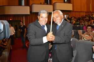 Maestro Fernando Arancibia recibe la batuta del Orfeón Municipal de manos del gran Tito Watson