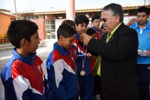 Director Daem Arica en actividad con estudiantes