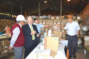 Alxalde Salvador Urrutia inspeccionando las nuevas luminarias