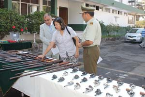 Intendente regional Emilio Rodríguez, gobernadora provincial de Arica, Andrea Murillo y General y Jefe de Zona de Carabineros, Alberto Etcheverry en la exhibición del armamento entregado