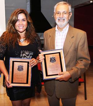Los recientemente galardonados por Carabineros: Yéssica Molina Pastén Corresponsal de Canal 13 y directora de www.aricaldia.cl y Julio Urquhart Matheu, corresponsal Mega y director de www.aricamia.cl