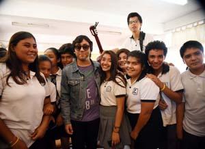 Claudio Narea compartiendo con estudiantes