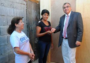 Fabiola Galeas recibe las llaves de la vivienda de emergencia de manos del intendente Emilio Rodríguez