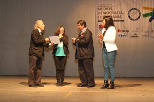 Udo Goncalvez presidente Colegio de Periodistas de Arica y Parinacota recibe las llaves del inmueble de manos del ministro de Bienes Nacionales  Víctor Osorio
