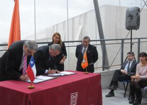 Rector de la Universidad de Santiago (USACH), Juan Manuel Zolezzi y rector de la UTA, Arturo Flores, durante la firma del convenio