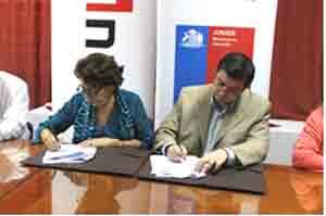 Directora Regional de JUNAEB, María Isabel Cid y  Marcelo Cortés, Vicerrector de INACAP Arica, firman el convenio entre ambas instituciones.
