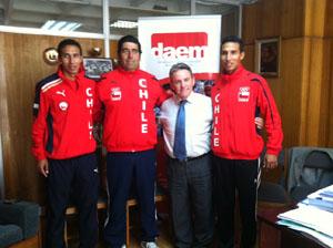 Yerko y Edward Araya, junto a su Técnico, Guido Núñezyel director (S) del Daem, Víctor Quintanilla