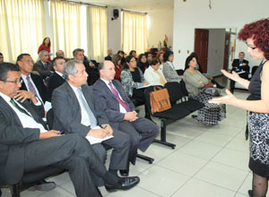 Seremi de Educación Giullia Olivera dialoga con los directores de escuelas y colegios