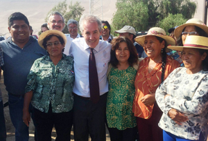 Octavio Sotomayor, director nacional de Indap junto a dirigentes campesinas