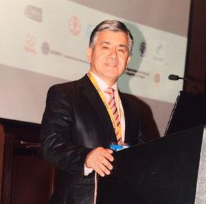 Dr. Alonso Inzulza en plena exposición