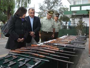 Gobernadora Andrea Murillo, intendente regional Emilio Rodríguez y General de Carabineros Alberto Etcheverry observando las armas