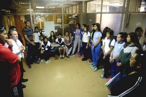 Estudiantes deportistas del DAEM con el director (S) Víctor Quintanilla