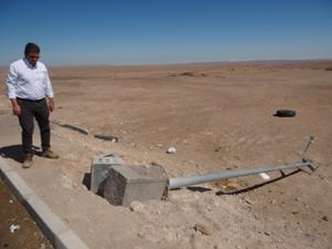 Jorge Cáceres, seremi Obras Públicas comprobando el daño en terreno