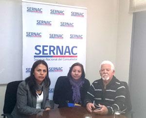 Rosa Cortez directora regional de Sernac  junto a los afectados.