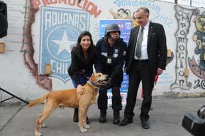 El condecorado can Keeper junto a intendenta regional Gladys Acuña, el guía Segismundo Jara y el subdirector de Fiscalización de Aduanas, José Luis Castro