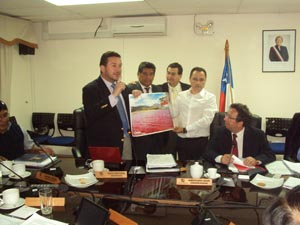 Core Marcelo Zara junto al alcalde de Camarones, Iván Romero y los Cores Mauricio Paredes y Claudio Acuña, mostrando el afiche de Iquique.