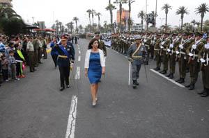 Intendenta regional Gladys Acuña, pasa revista a las tropas previo a Parada Militar 2015