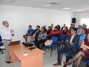 Rolando Jiménez,  presidente del Movilh, exponiendo a los funcionarios del Registro Civil de Arica.