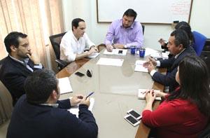 Mesa sobre suelo salino, presidida por el arquitecto y director del SERVIU, Juan Arcaya