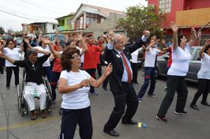 Alcalde Urrutia en sesión de zumba con adultos mayores