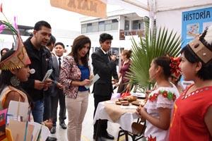 Intendenta regional Gladys Acuña visitando la muestra.
