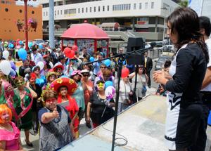 Intendenta regional Gladys Acuña da a conocer la buena nueva a los adultos mayores.