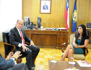 Intendenta regional Gladys Acuña junto al gerente general de Aguas Nuevas, Salvador Villarino