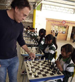 """Maestro Iván Morovic en una simultánea con estudiantes del Liceo Agrícola  """"José Abelardo Núñez"""" de Azapa."""