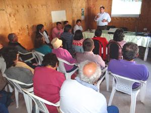 SEREMI Obras Públicas, Jorge Cáceres exponiendo ante comunidad del sector Alto de Lluta.