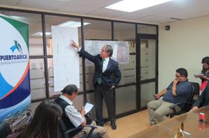 Presidente de Empresa Portuaria Arica, Francisco Javier González, explica a la prensa la Zona de Respaldo para Depósito de Carga