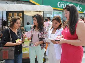 Intendenta Gladys Acuña, SEREMI Salud Giovanna Calle y Jacqueline Castillo directora de SERNAM junto a una vecina
