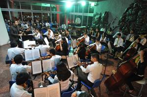 Orquesta Sinfónica Juvenil de Arica y Parinacota en su presentación en el Hall central de  la Universidad de Tarapacá