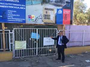 "Concejal Juan Carlos Chinga en la puerta de la Escuela D-14 ""Regimiento Rancagua"""