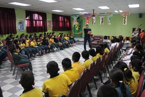 Escritor nacional Mauricio Paredes compartiendo con estudiantes del colegio Leonardo Da Vinci.