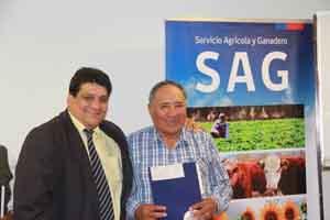 Ricardo Porcel Rivera, Director Regional del SAG, entrega el bono a uno de los beneficiados