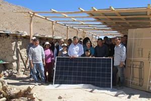 Comunidad de Sahuara junto a paneles fotovoltaicos