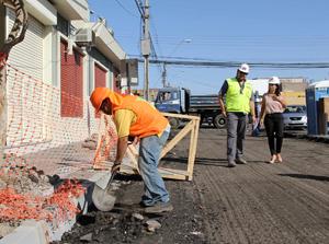 Intendenta Gladys Acuña y director regional del Serviu, Juan Arcaya, inspeccionan trabajos de calle O´Higgins.