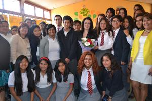 La soprano nacional Verónica Villarroel, rodeada por los estudiantes del Liceo Artístico