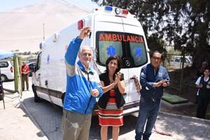 Alcalde Salvador Urrutia e intendenta tregional Gladys Acuña durante entrega de la ambulancia en Poconchile.