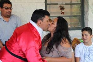 Santa Claus, Lorenzo Alfaro, sella con un beso la solicitud de matrimonio a su futura esposa Luisa Cortes, en el Centro Penitenciario de Acha