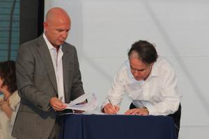 Jorge Durán, Jefe de la Comisión Interamericana de Puertos de la OEA, junto a Francisco Javier González, Presidente de la Empresa Portuaria de Arica(EPA), firmando el convenio.