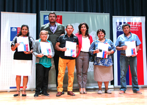 Intendenta regional Gladys Acuña, el  director regional del Serviu Juan Arcaya junto a parte de los beneficiaros.