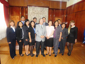 Delegación peruana junto al presidente de la Corte de Apelaciones de Arica, Rodrigo Olavarría.