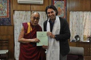 El diputado Vlado Mirosevic, junto al Dalai Lama