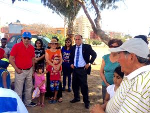 """Concejal Juan Carlos Chinga, conversando con los vecinos del sector """"Tierras Blancas""""."""