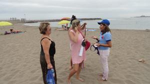 """La SEREMI de Salud Giovanna Calle difundiendo la campaña  """"Verano con Salud"""" en playa El Laucho."""